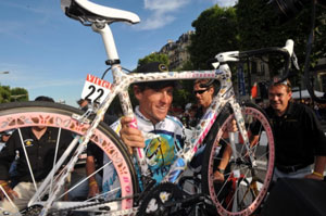 "TDF 09 stage 21 - Lance Armstrong shows off his cool ""butterfly bike""; he'll be back next year with a new team"