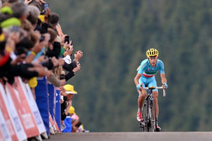 Vincenzo Nibali blazed up the final climb to win the stage and reclaim the jersey