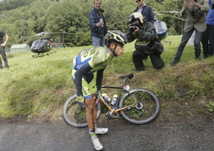 Alberto Contador crashes out in stage 10